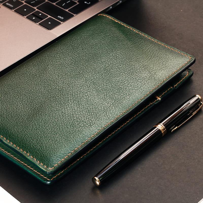 Sổ tay da thật được may hoàn thiện thủ công cùng bút ký kim loại cao cấp cho dân văn phòng