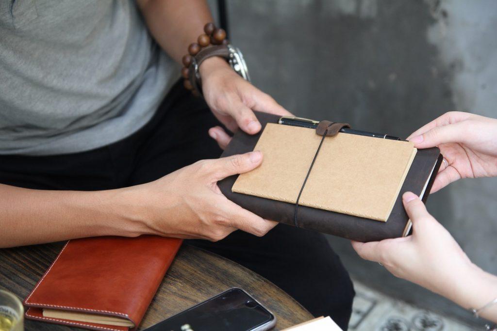 Sổ tay là trợ thủ không thể thiếu, dễ dàng nhận thấy, đây gần như là vật bất ly thân trong cặp táp của mỗi nhà kinh doanh thành công trên Thế Giới