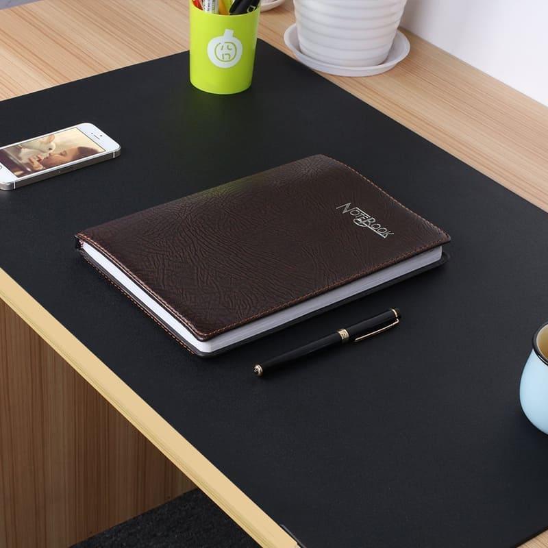 Thảm da thật trải bàn tối màu  tạo sự tập trung làm việc cho người sử dụng